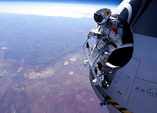 felix baumgartner red bull stratos 01[1]